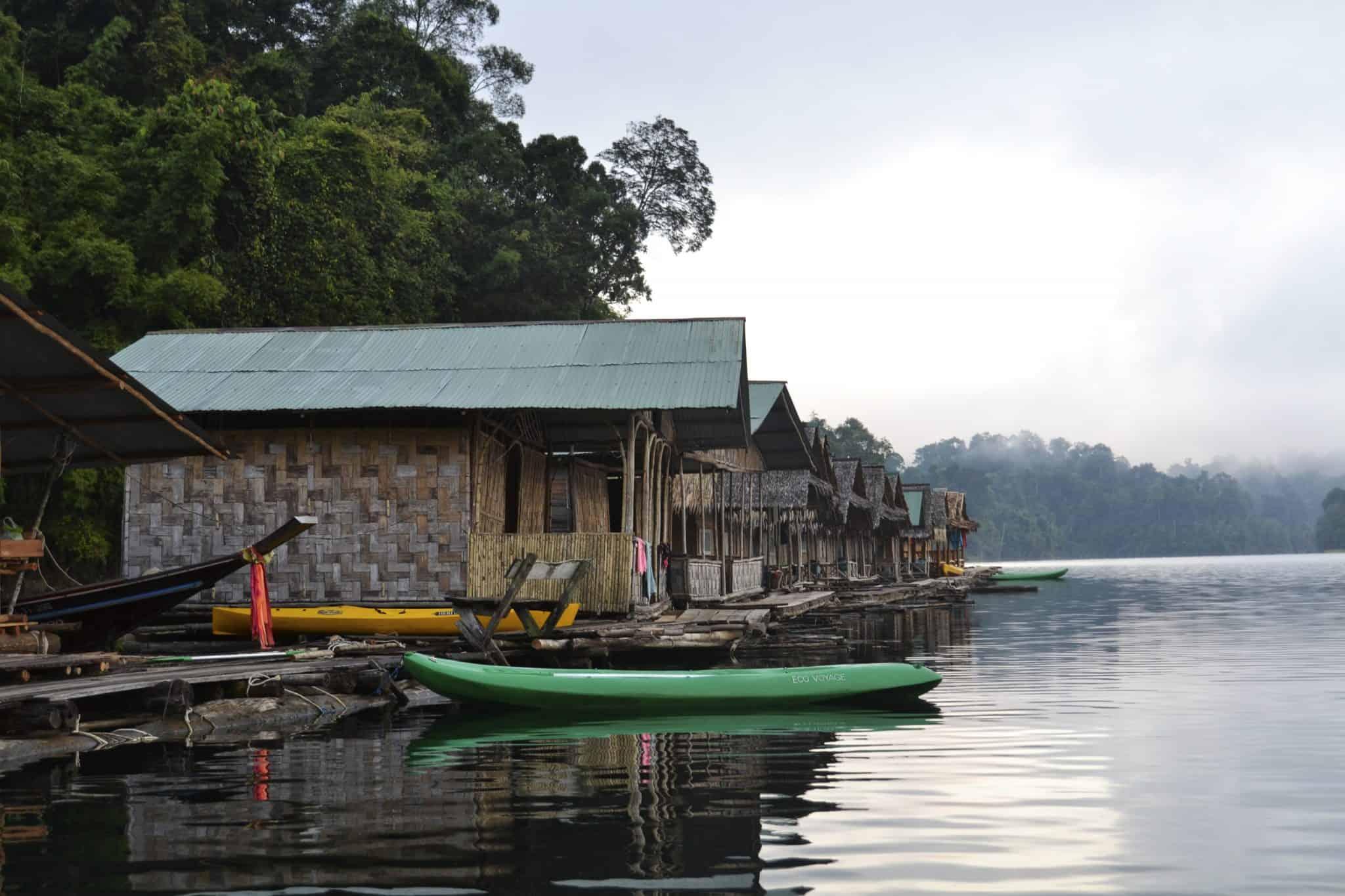 Bungalows flutuantes no lago