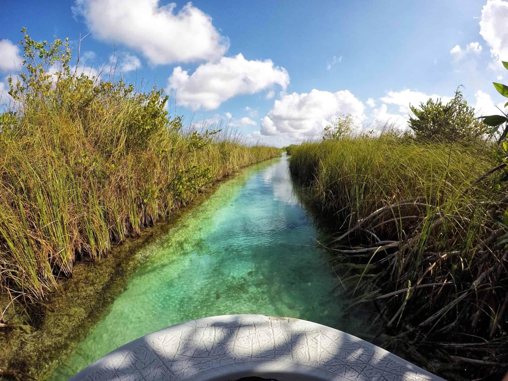 Pelos canais que ligam a reserva de Sian Ka'an ao mar das Caraíbas.