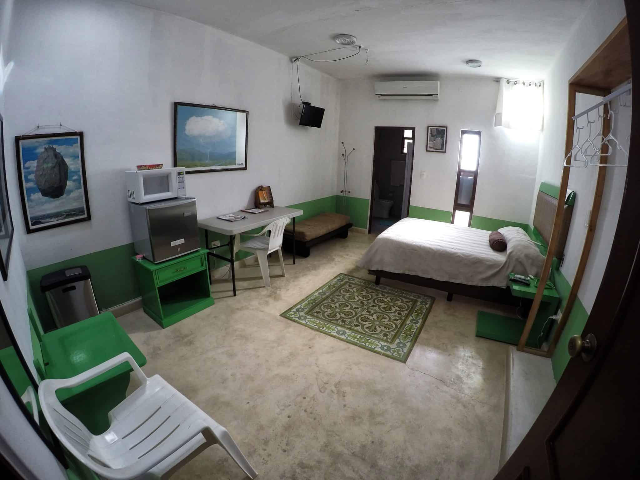 O nosso quarto, a porta do fundo é a da casa de banho